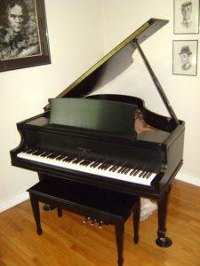 grand black piano